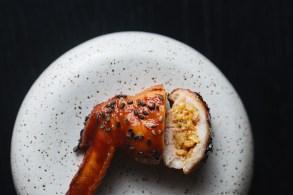 Esqueça as porções fartas de torresmo, feijão tropeiro e pães de queijo recheados. Aqui, pratos delicados reverenciam uma das mais ricas gastronomias do país